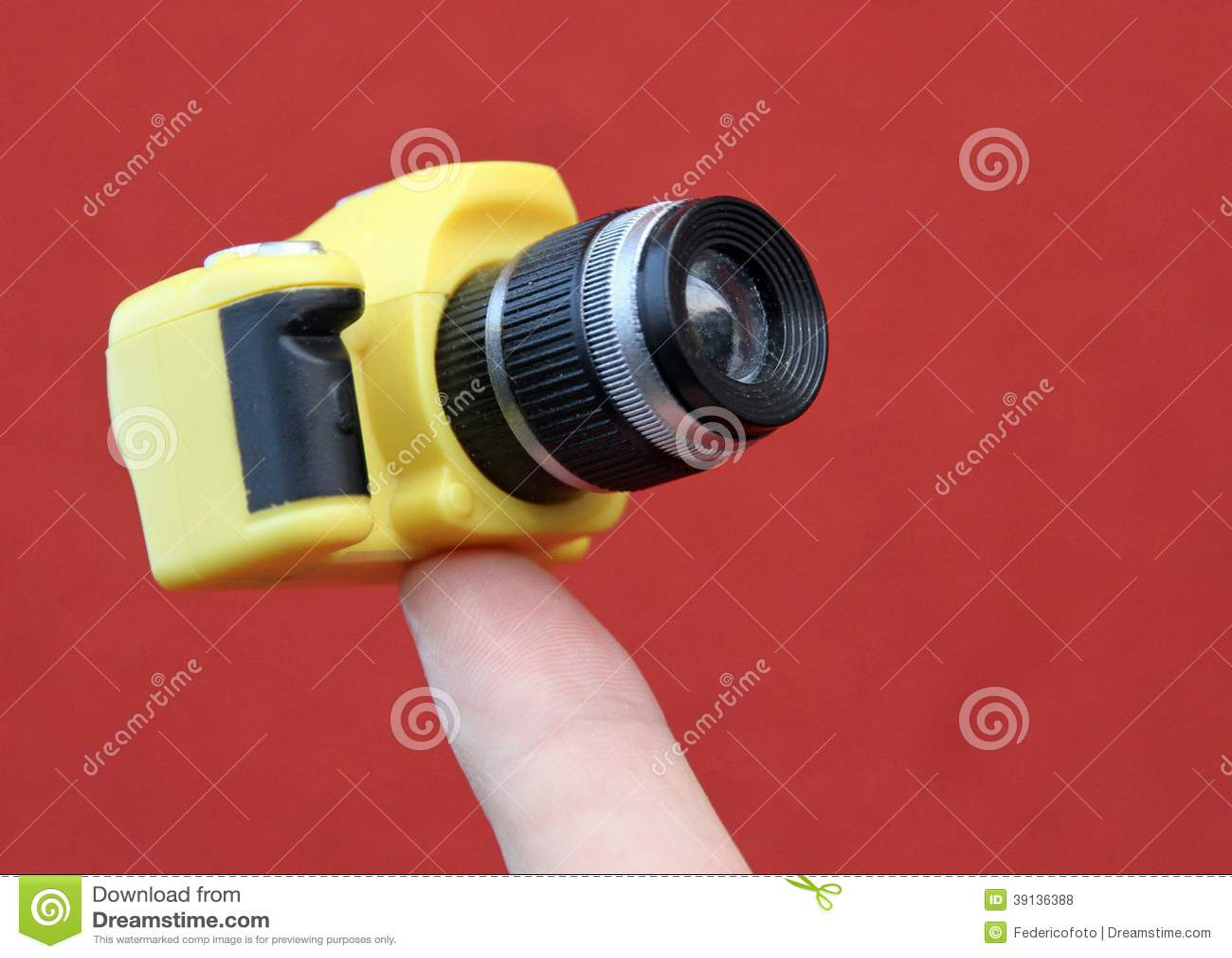 Zeigefinger der eine kleine kamera hält stockfoto bild von bild