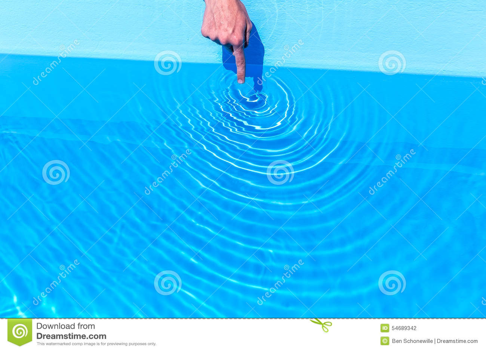 Zeigefinger, der Wellen wie Kreise im Swimmingpool macht
