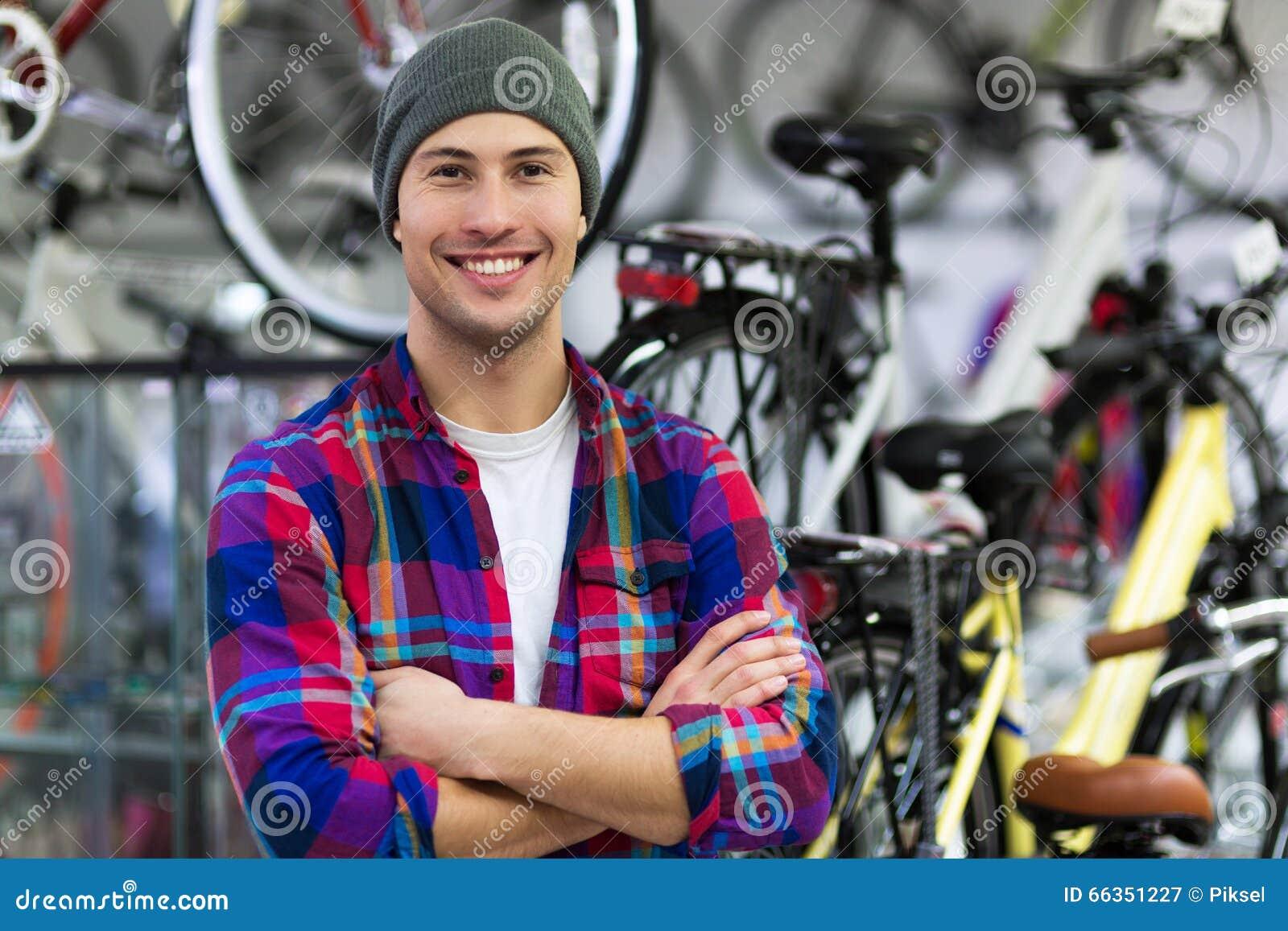 zeigen sie die fahrr der die an der wand f r verkauf h ngen stockfoto bild 66351227. Black Bedroom Furniture Sets. Home Design Ideas