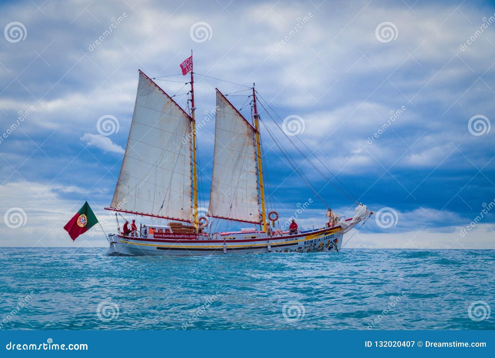 Zeilboot in de oceaan van Lagos