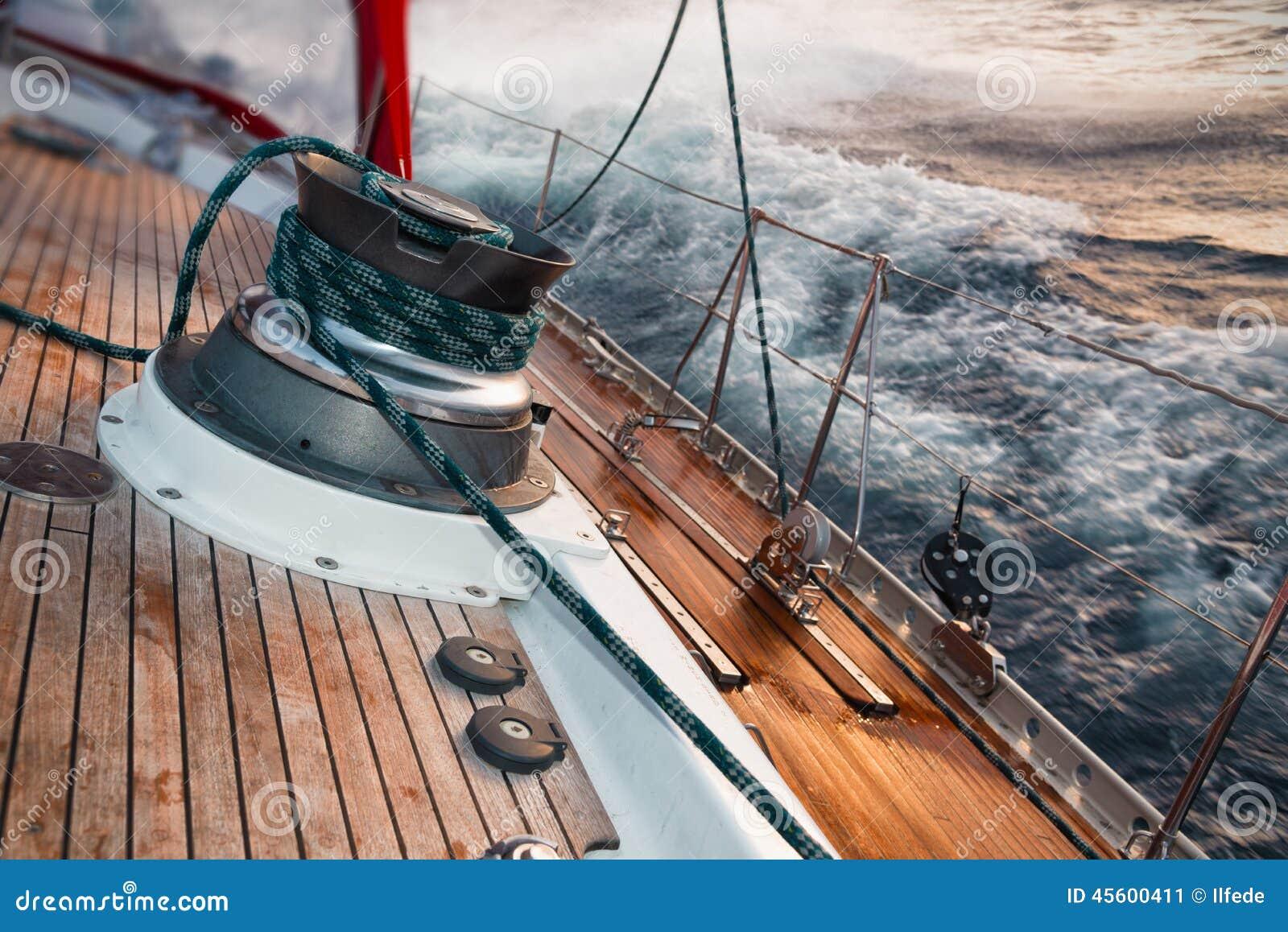Zeilboot onder het onweer