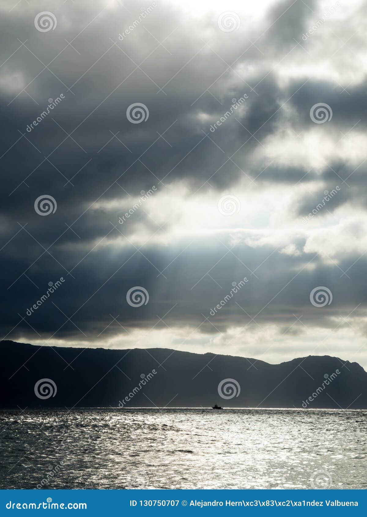 Zeilboot tussen lichten en schaduwen