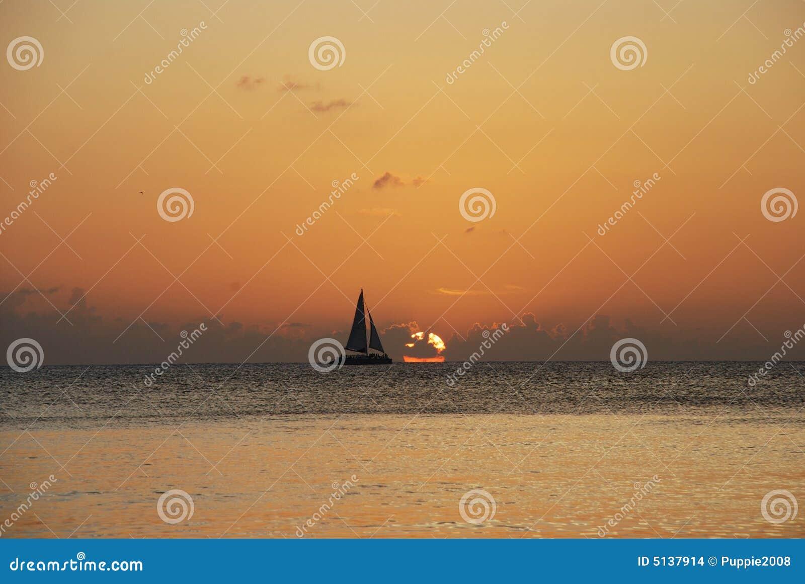 Zeilboot in zonsondergang - Kaaiman