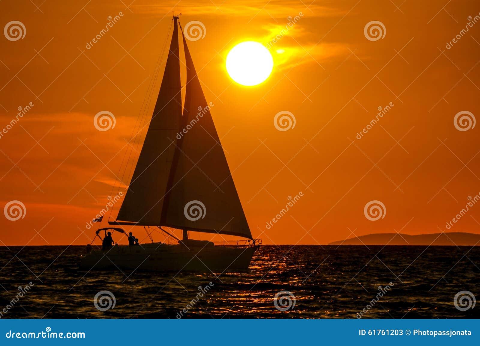 Zeilboot-zonsondergang-oranje hemel