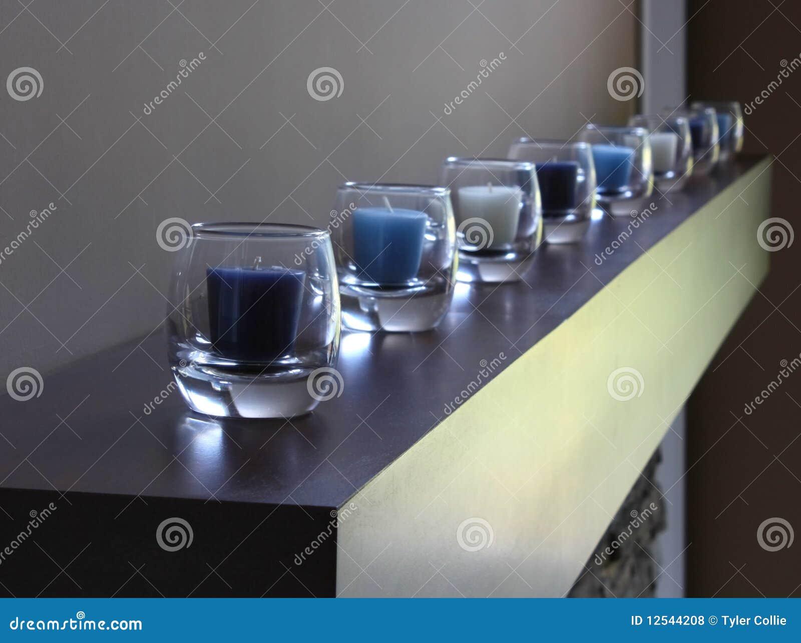 zeile der kerzen im glas blaue farbe lizenzfreie. Black Bedroom Furniture Sets. Home Design Ideas