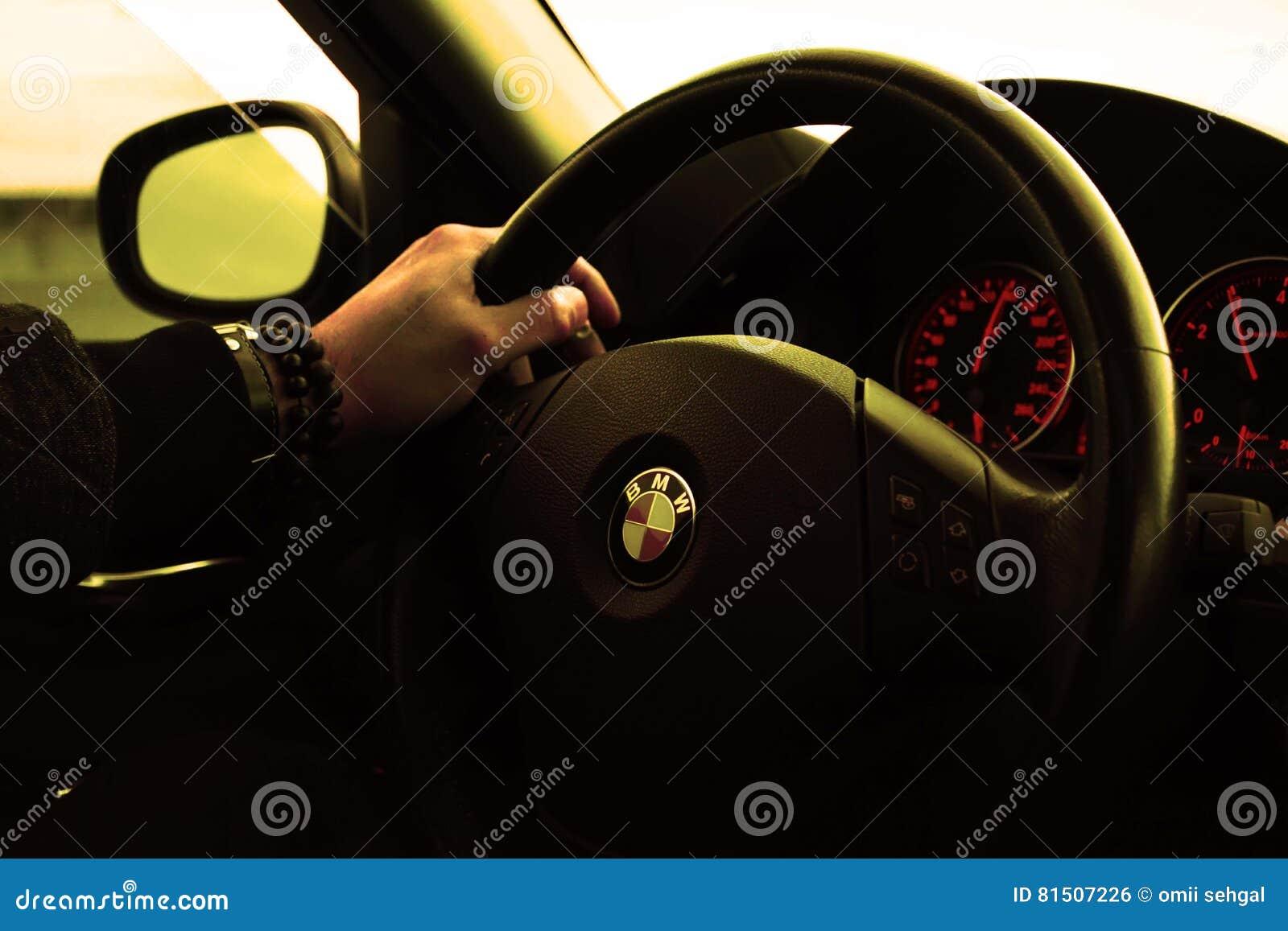 Zeit Des Gutenmorgens Die Bmw Auto Fährt Redaktionelles