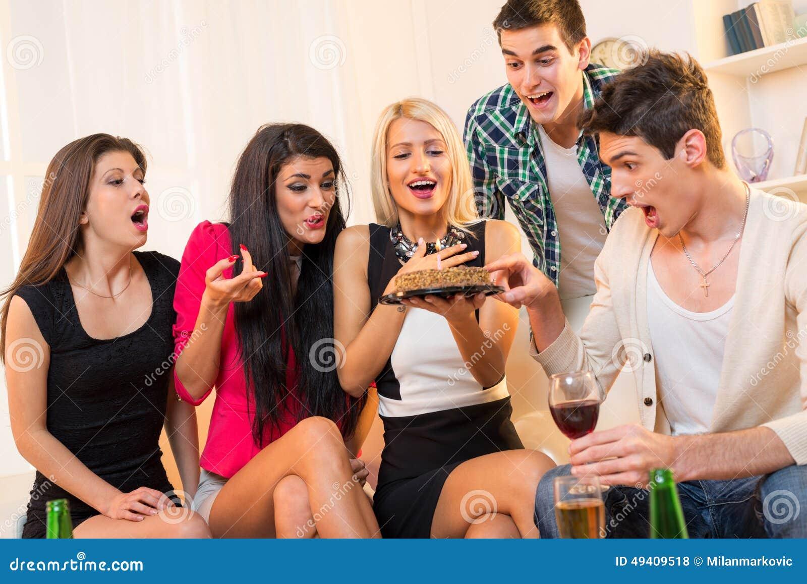 Download Zeit, Für Das Schöne, Lächelnde Junge Afroamerikanermädchen Zu Feiern, Zu Hause Sitzend Auf Dem Fußboden, Mit Einem Geburtstagges Stockfoto - Bild von couch, freundlich: 49409518