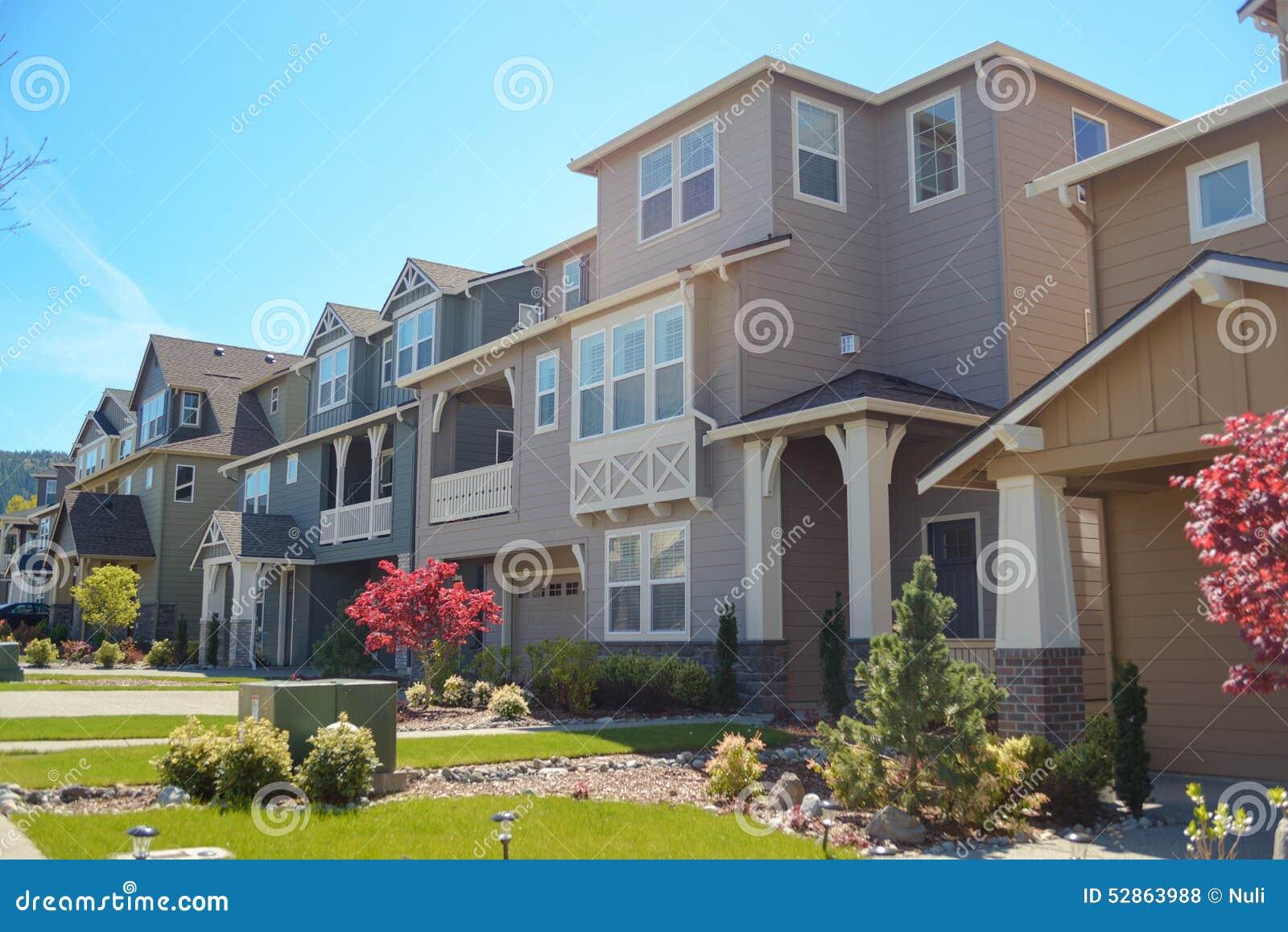 Zeitgenössische Häuser In Amerika Stockfoto - Bild von rasen, garage ...