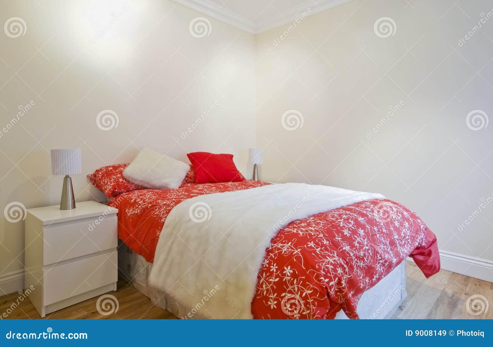 Schlafzimmer Rot   Zeitgenossisches Schlafzimmer Im Rot Stockbild Bild Von Innen