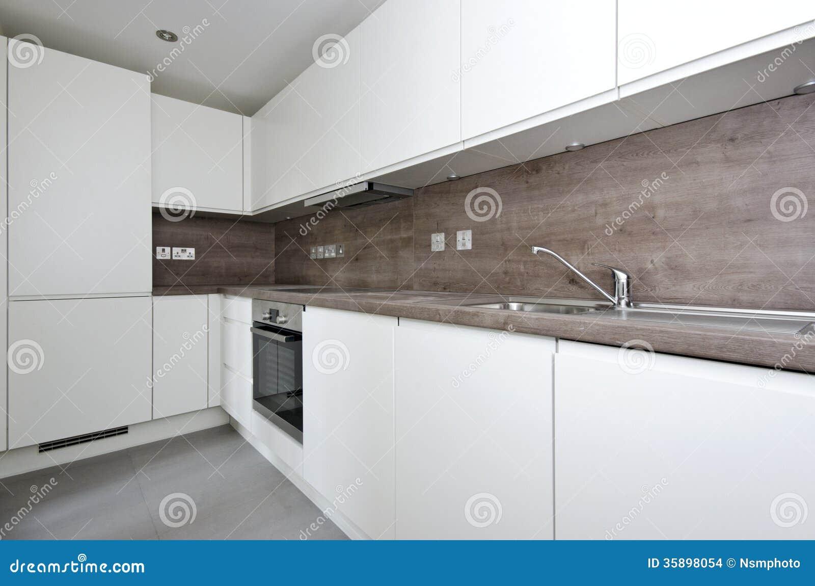 Zeitgenössische küche mit naturstein worktop und fliesen im whi ...