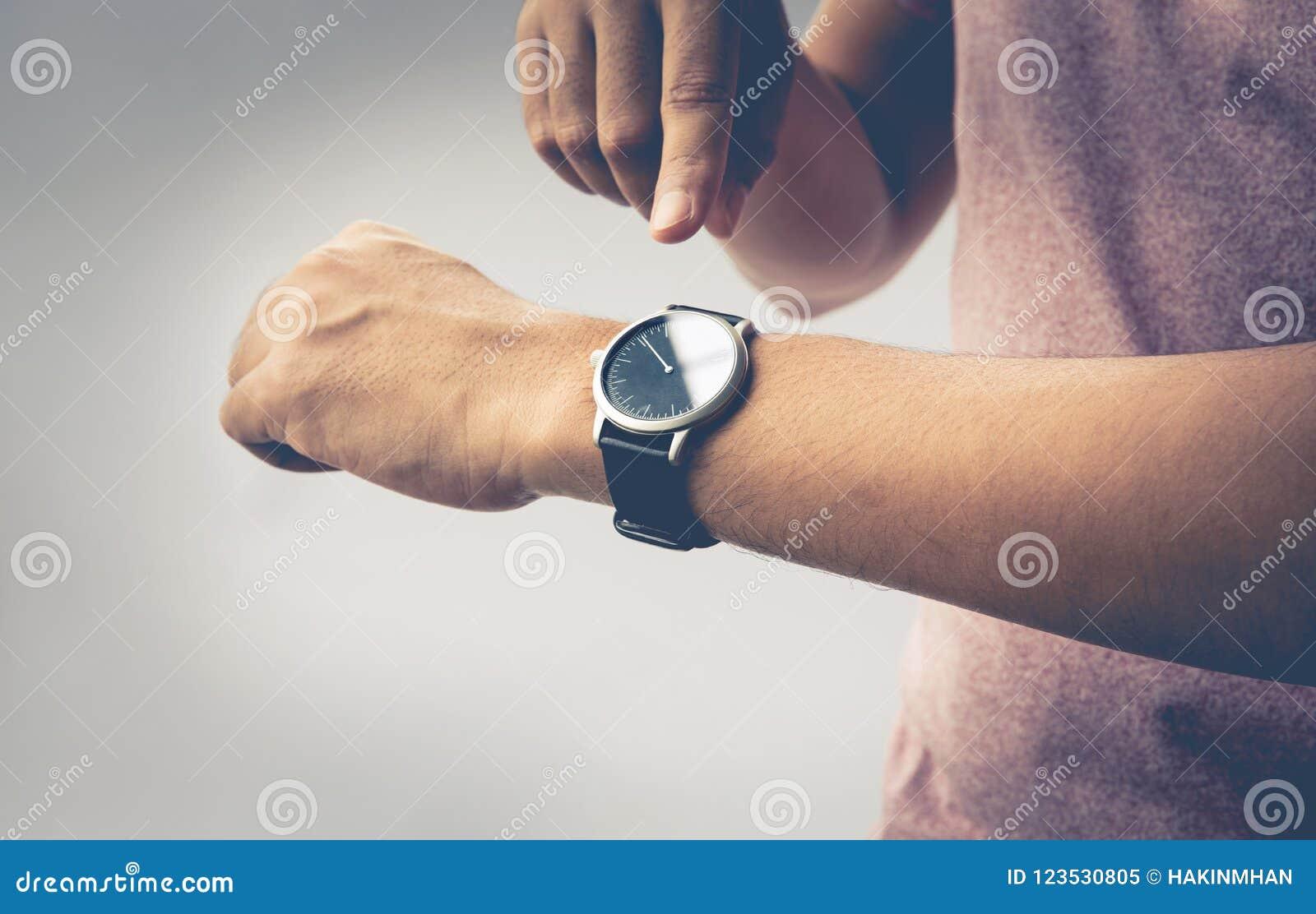 Zeitkonzeptidee mit Abschluss passen oben auf männlichen Arm auf