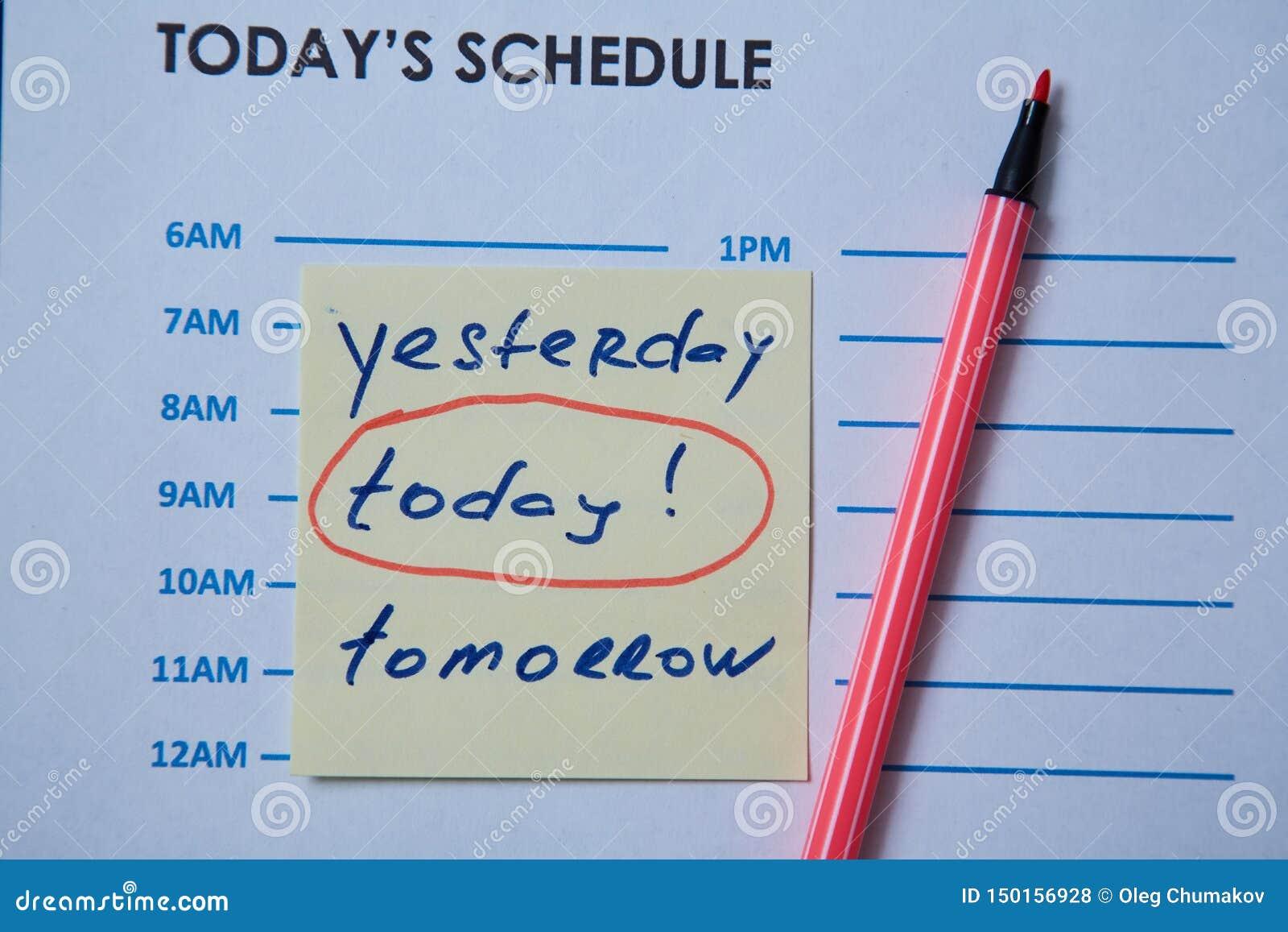 Zeitmanagementfrist und Zeitplankonzept: Zeitplanblatt und -aufkleber mit Aufschrift auf grauem Hintergrund