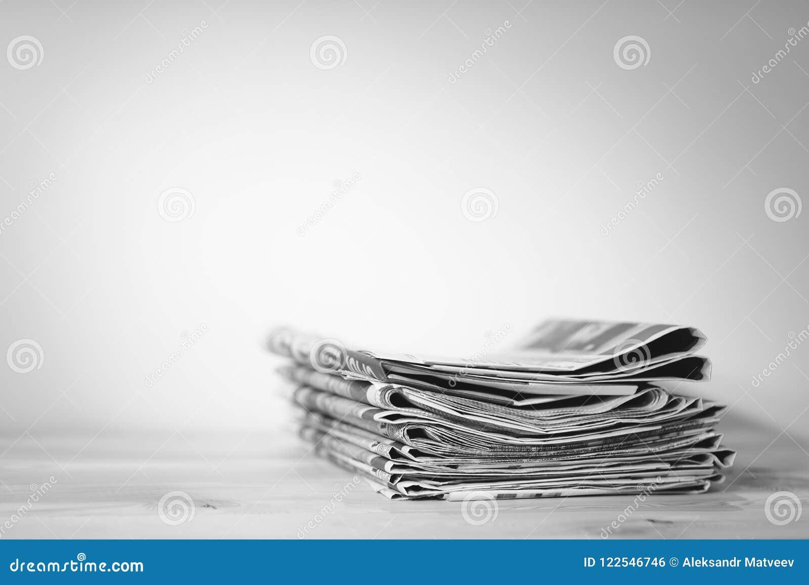 Zeitung auf Holztisch, Pressekonzept