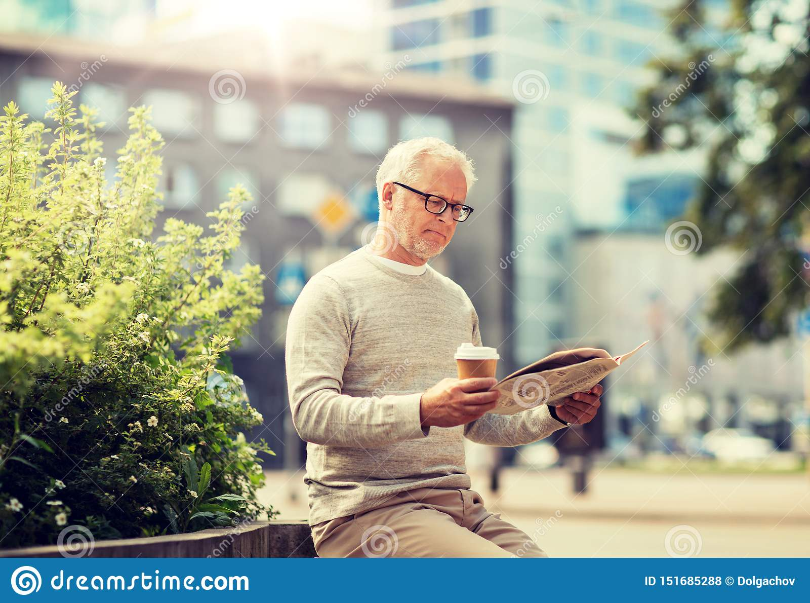 Zeitung des ?lteren Mannes Leseund trinkender Kaffee