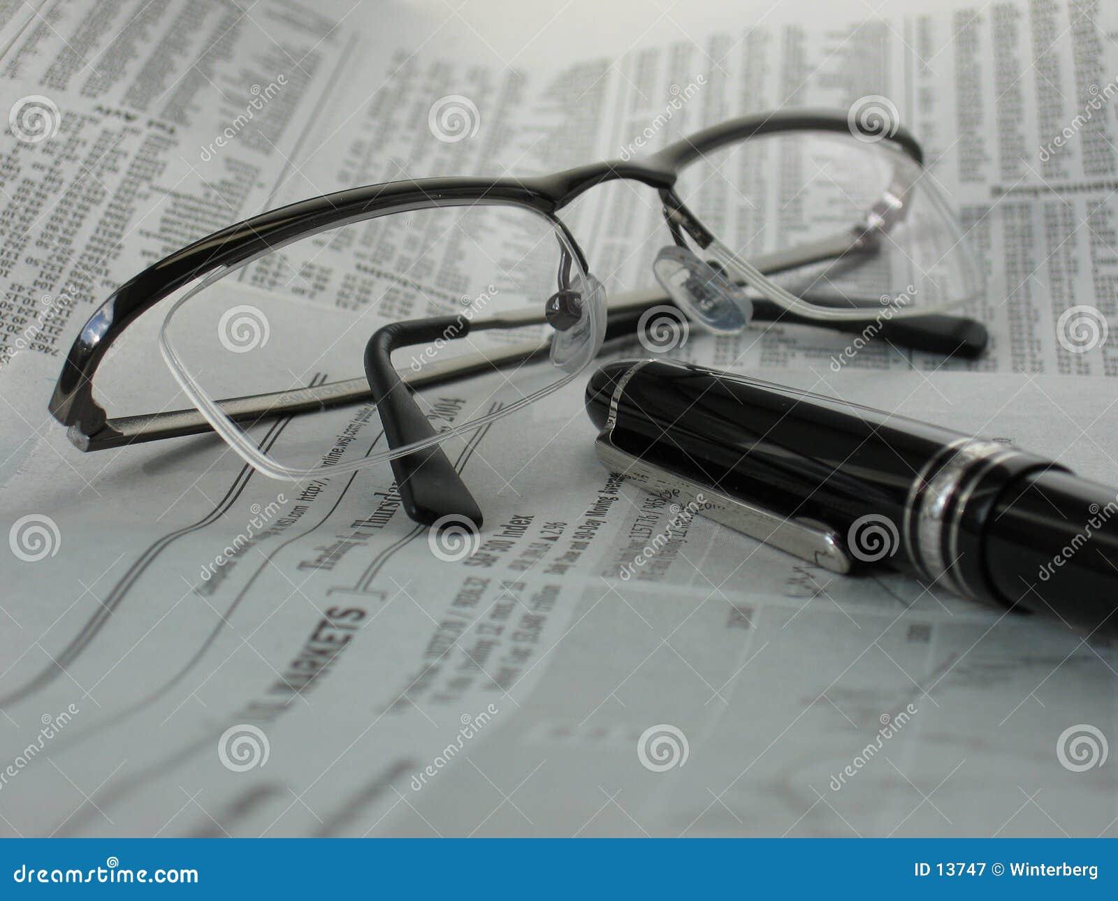 Zeitung mit Gläsern und Feder
