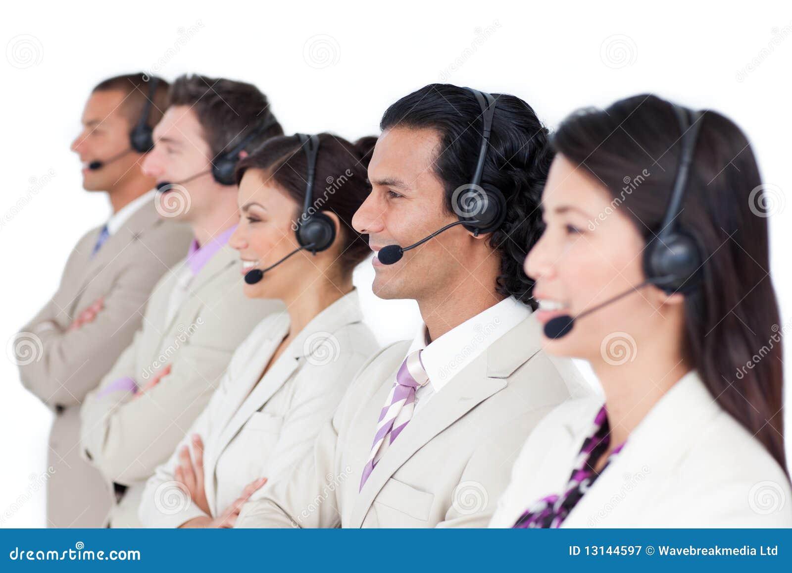 Zeker commercieel team dat met hoofdtelefoon opstelt