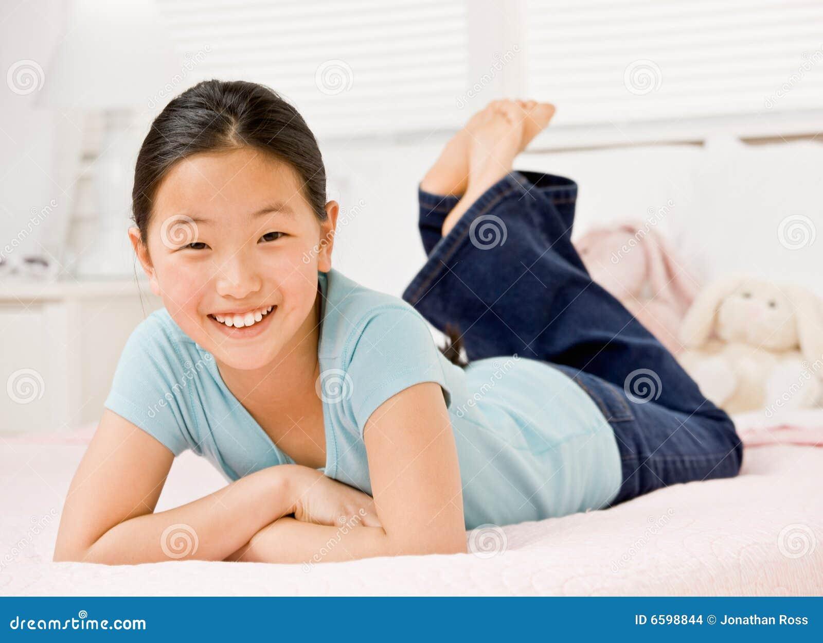 Zeker meisje dat op bed in slaapkamer legt stock afbeeldingen afbeelding 6598844 - Bed dat rangschikt ...