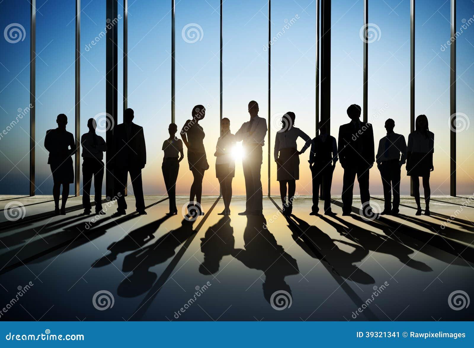 Zeker Silhouet van Bedrijfsmensen die voor de Camera binnen stellen