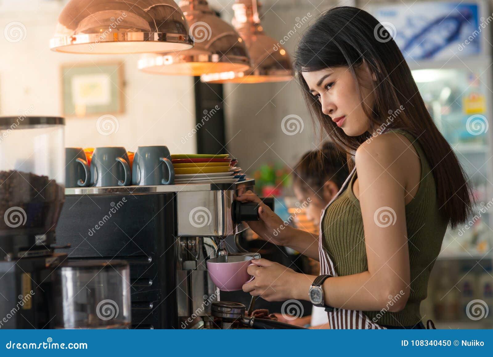 Zekere barista Jonge Aziatische Ondernemer