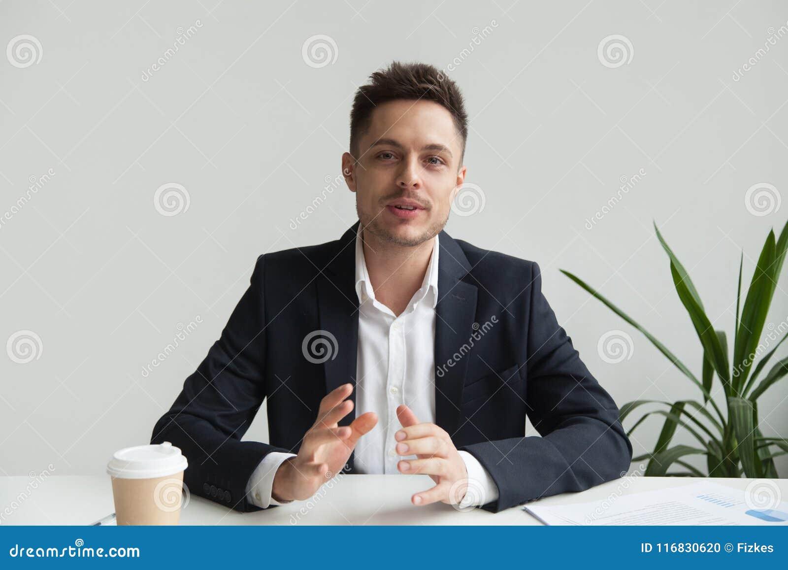 Zekere CEO die over de strategie van het bedrijfsucces spreken