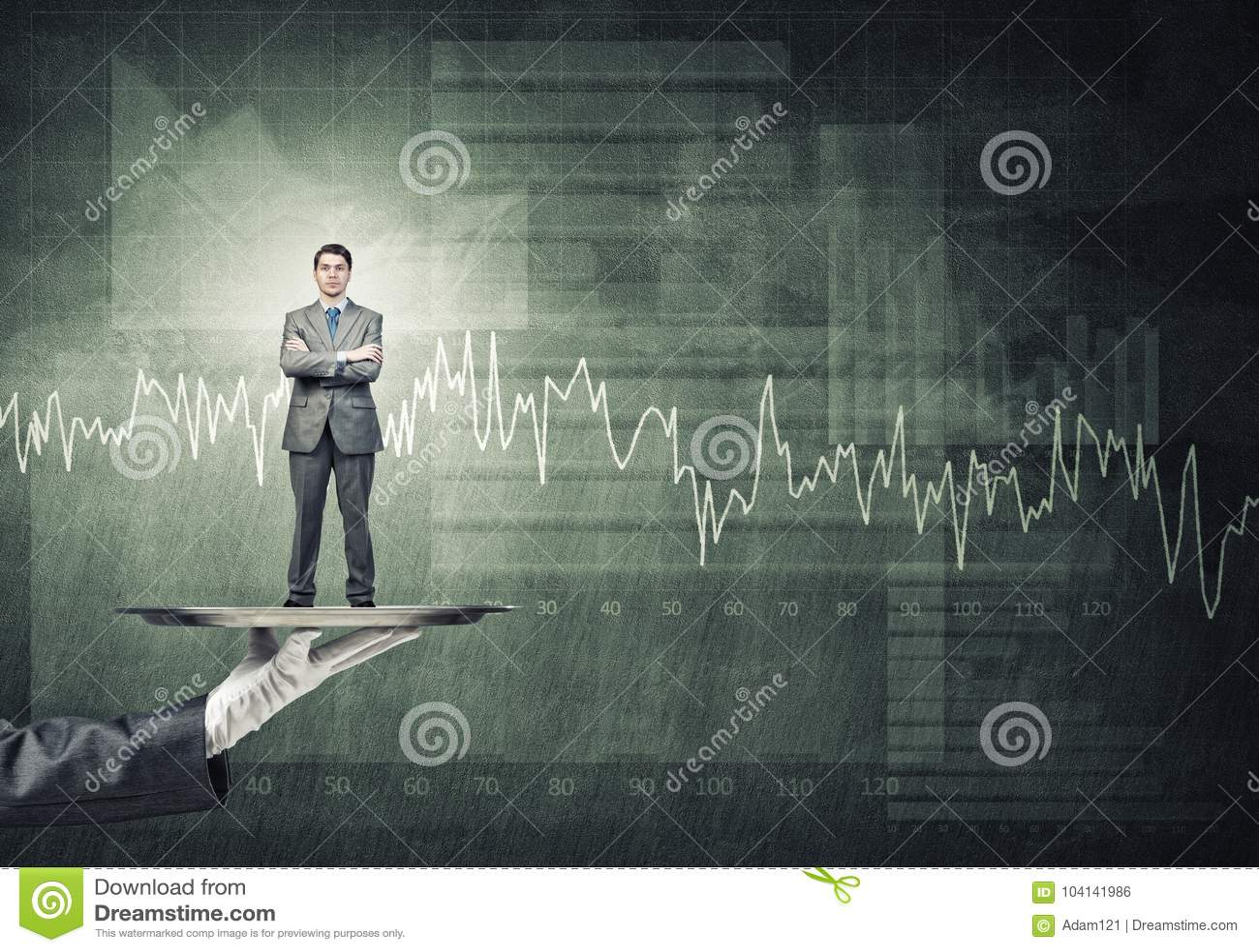 Zekere die zakenman op metaaldienblad tegen concrete muurachtergrond wordt voorgesteld met grafieken