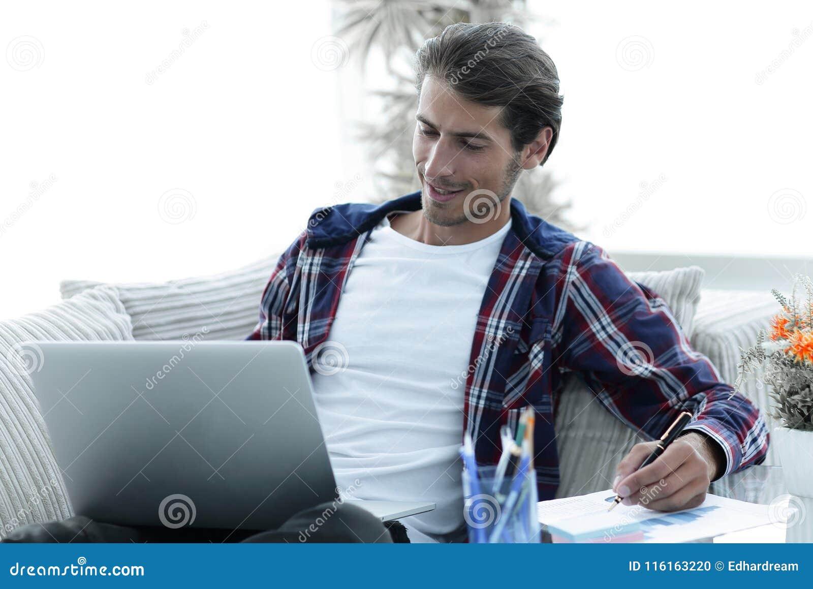 Zekere kerel die met laptop thuis werken