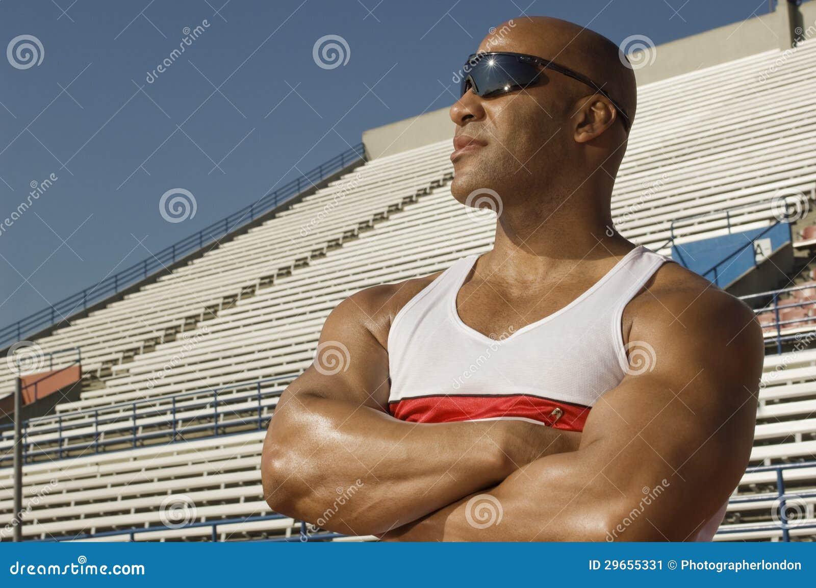 Zekere Mannelijke Atleet Looking Away