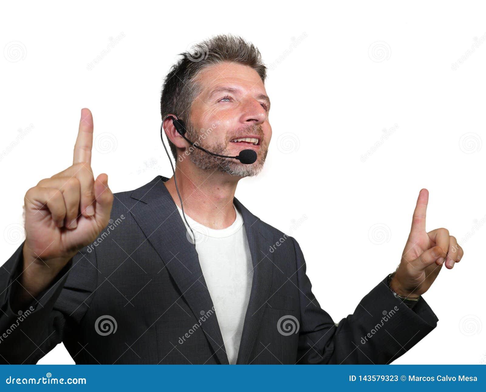 Zekere succesvolle mens die met hoofdtelefoon bij collectieve zaken spreken die en de conferentieruimte van het opleidingsauditor