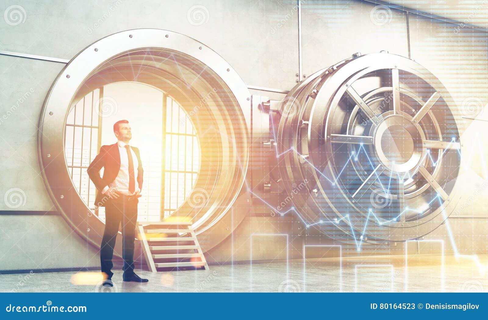 Zekere zakenman dichtbij open kluisdeur met grafieken