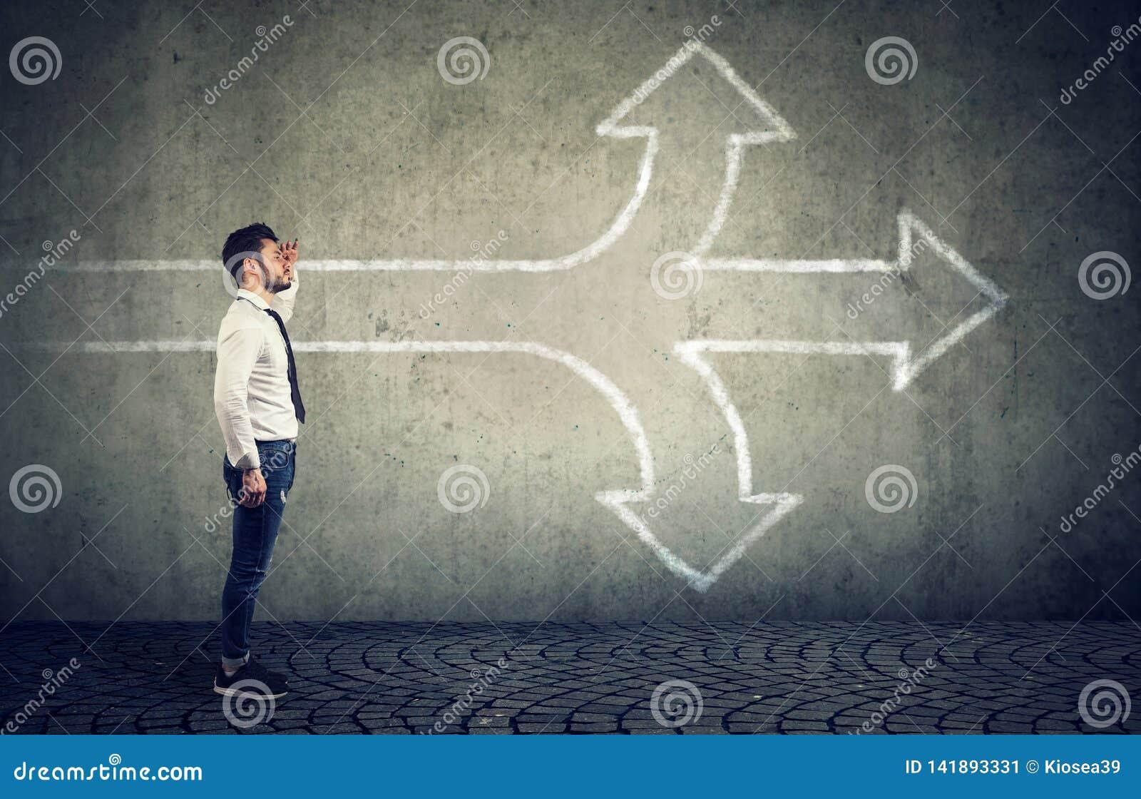 Zekere zakenman die de toekomst onderzoeken bij kruispunt