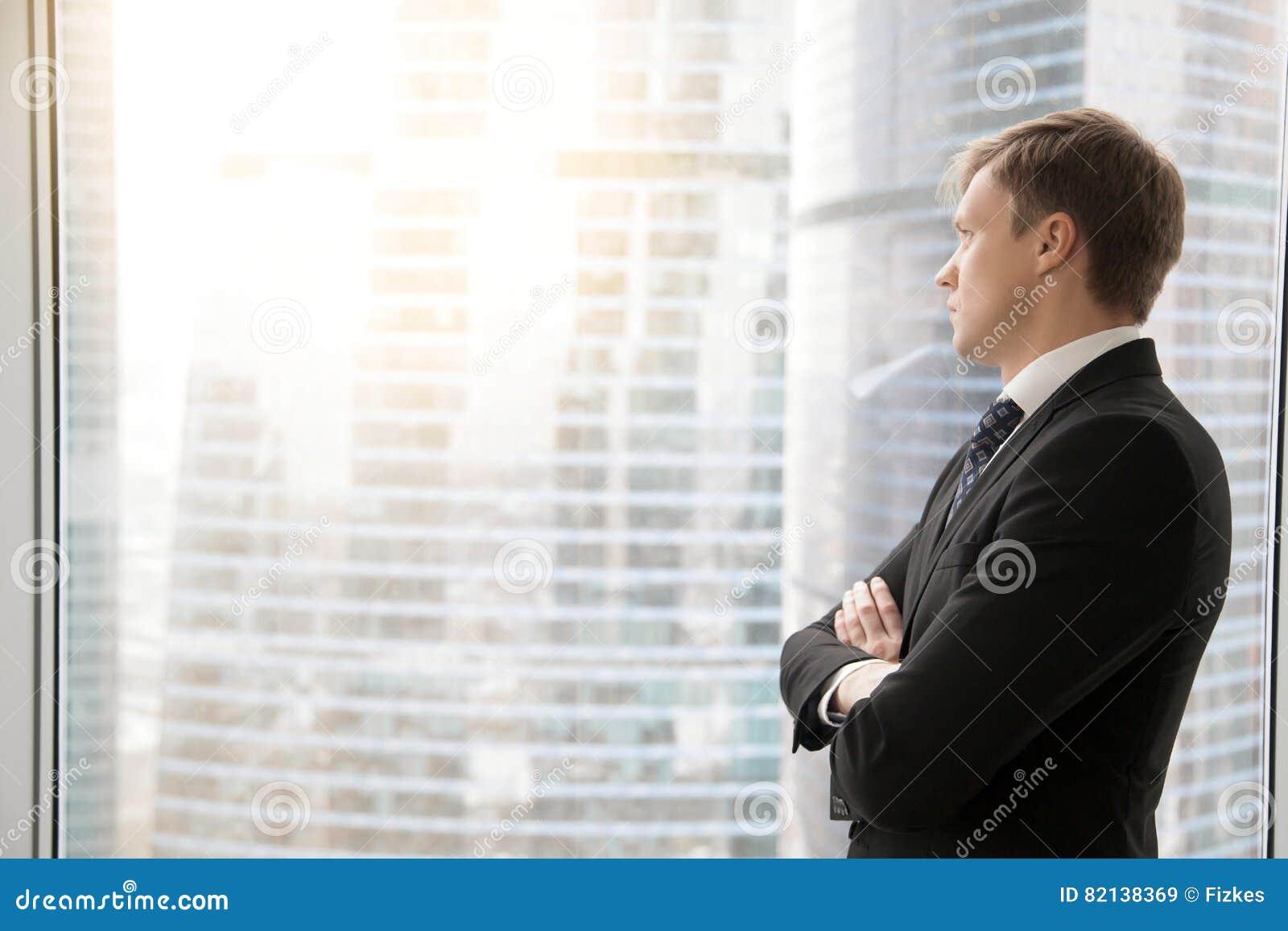 Zekere zakenman die nieuwe projecten plannen