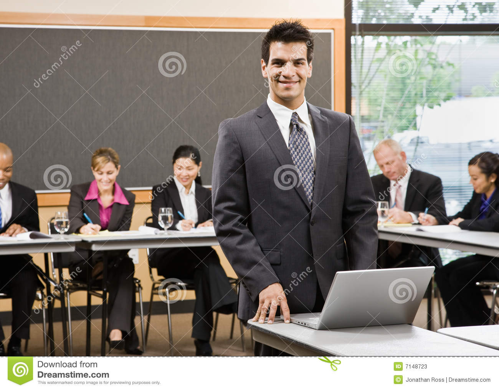 Zekere zakenman die voor presentatie voorbereidingen treft