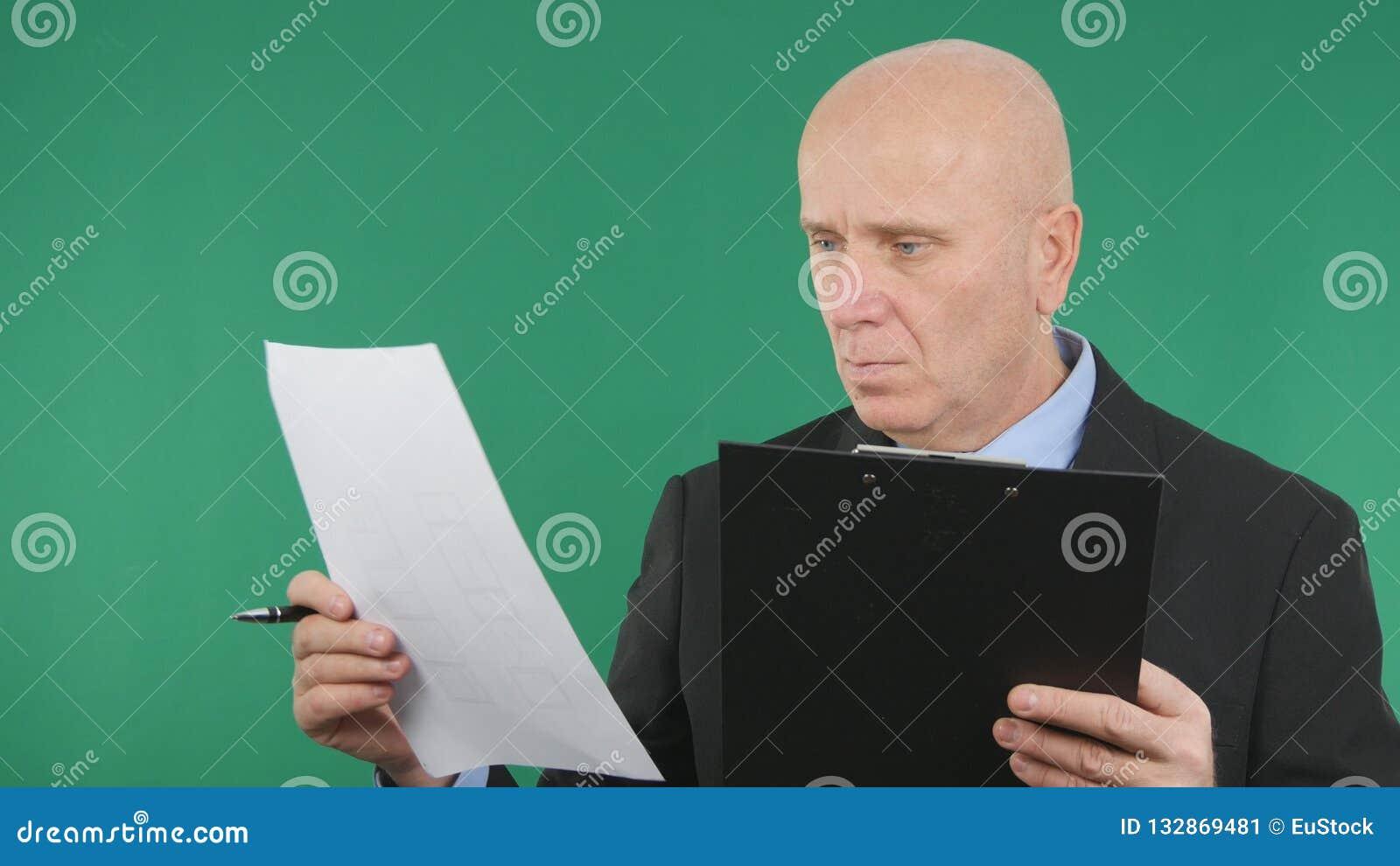 Zekere Zakenman Reading Business Contracts en Documenten