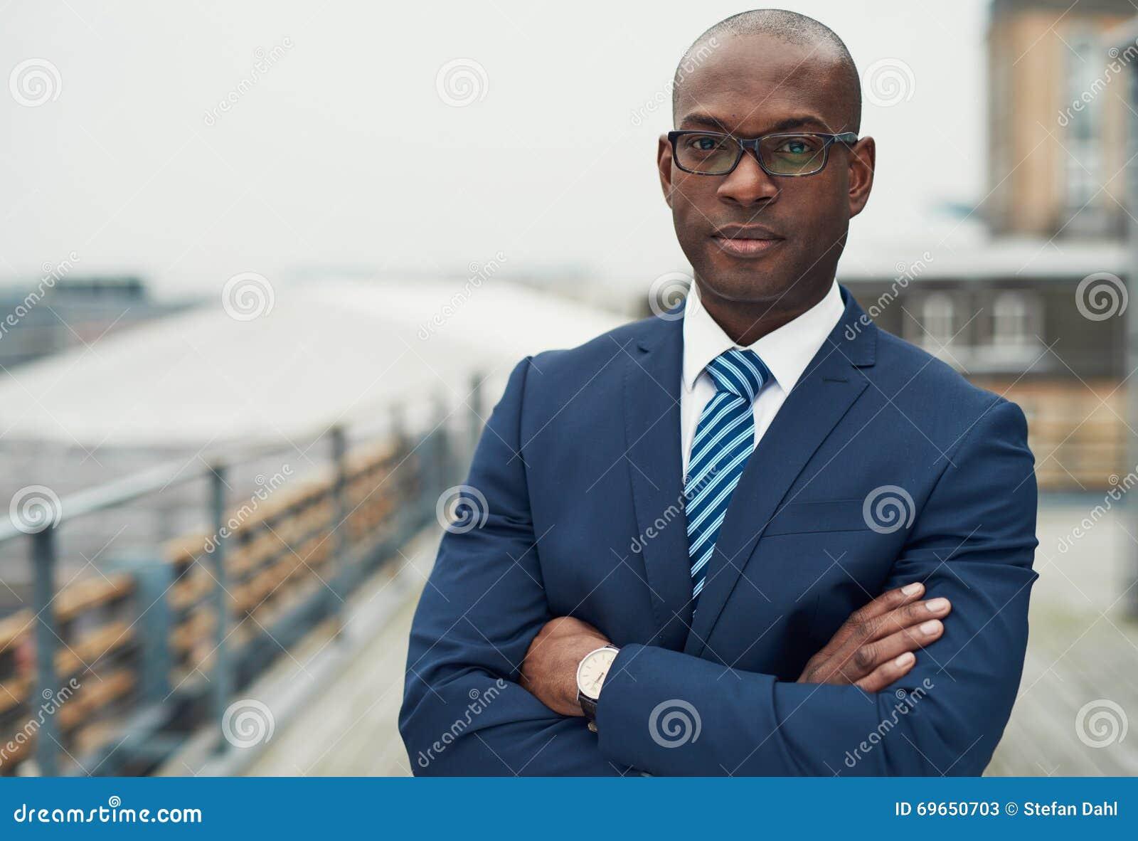 Zekere zwarte bedrijfsmens