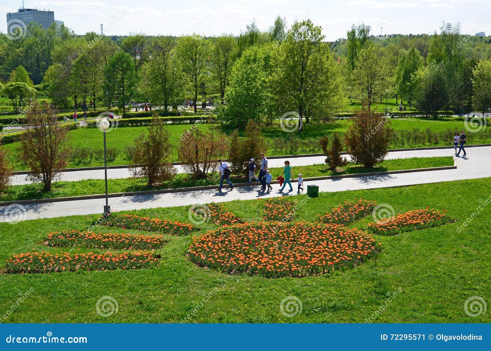 Download Zelenograd, Россия - 9-ое мая 2016 Прогулка людей в парке победы весной Редакционное Фото - изображение насчитывающей молодость, солнечно: 72295571