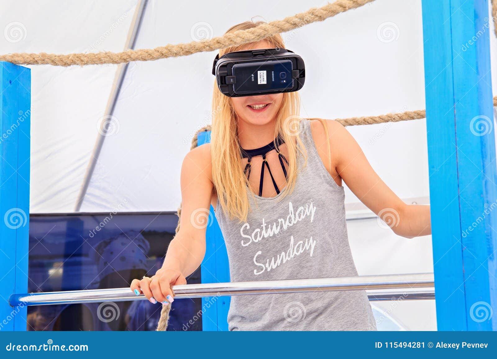 ZELENOGRADSK, KALININGRAD region ROSJA, LIPIEC, - 29, 2017: Niewiadoma młoda kobieta w rzeczywistość wirtualna szkłach w hazardu