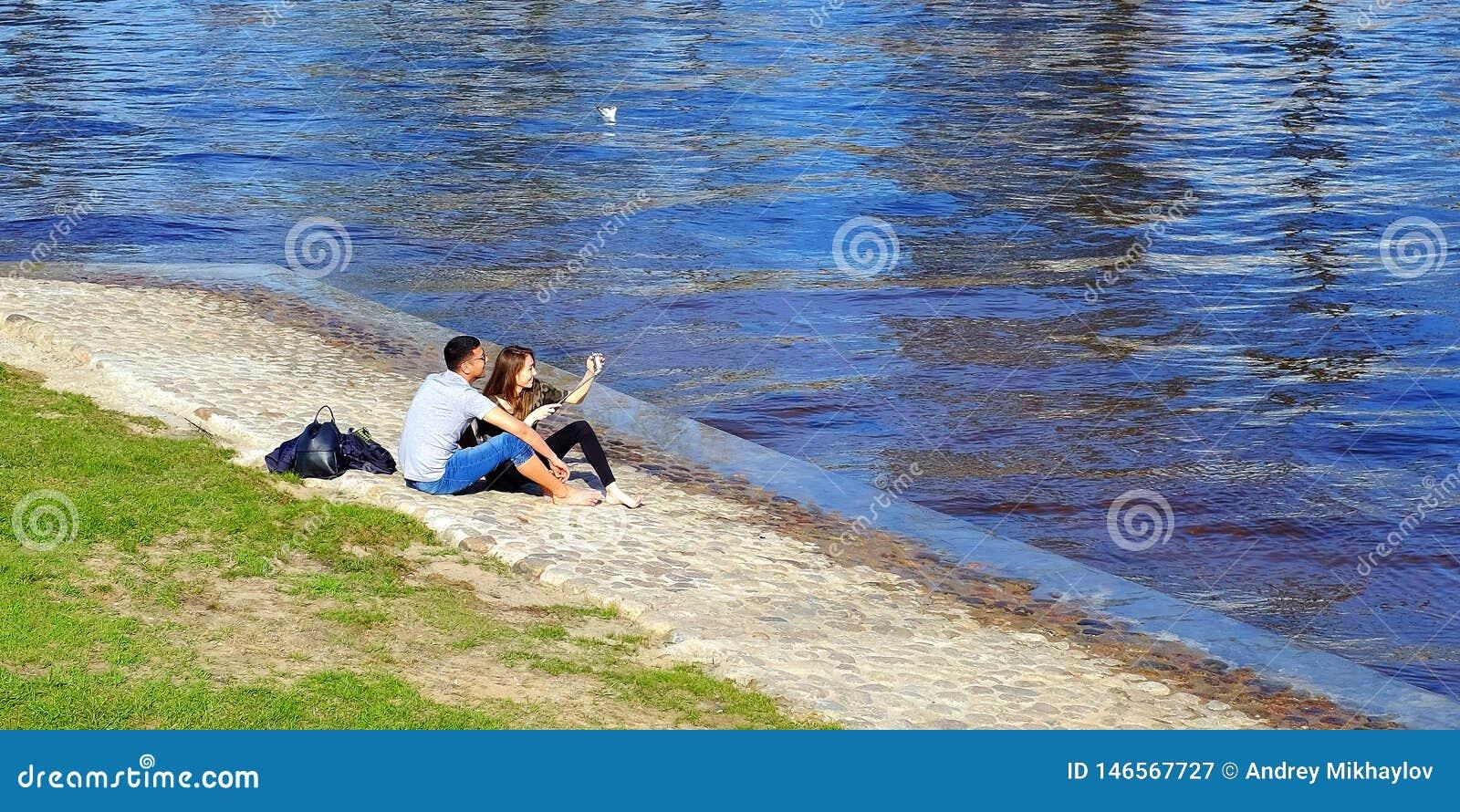 Zelf Liefde, technologie, verhoudingen, familie en mensenconcept - gelukkig glimlach jong paar, door de rivier Heilige-Petersburg