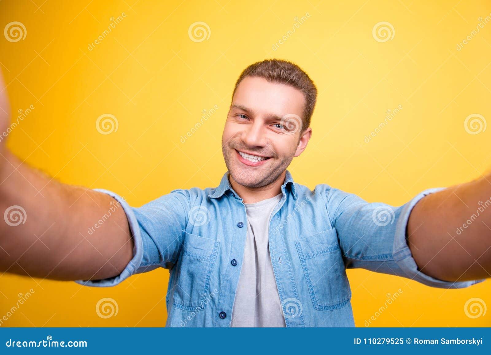 Zelfportret van de aantrekkelijke, leuke, glimlachende mens met varkenshaar, stu