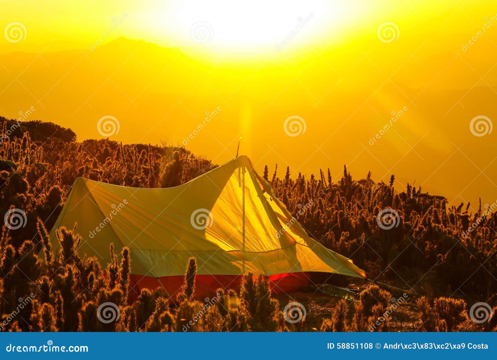 Zelt Auf Was Achten : Zelt auf die oberseite eines berges mit dem sonnenaufgang