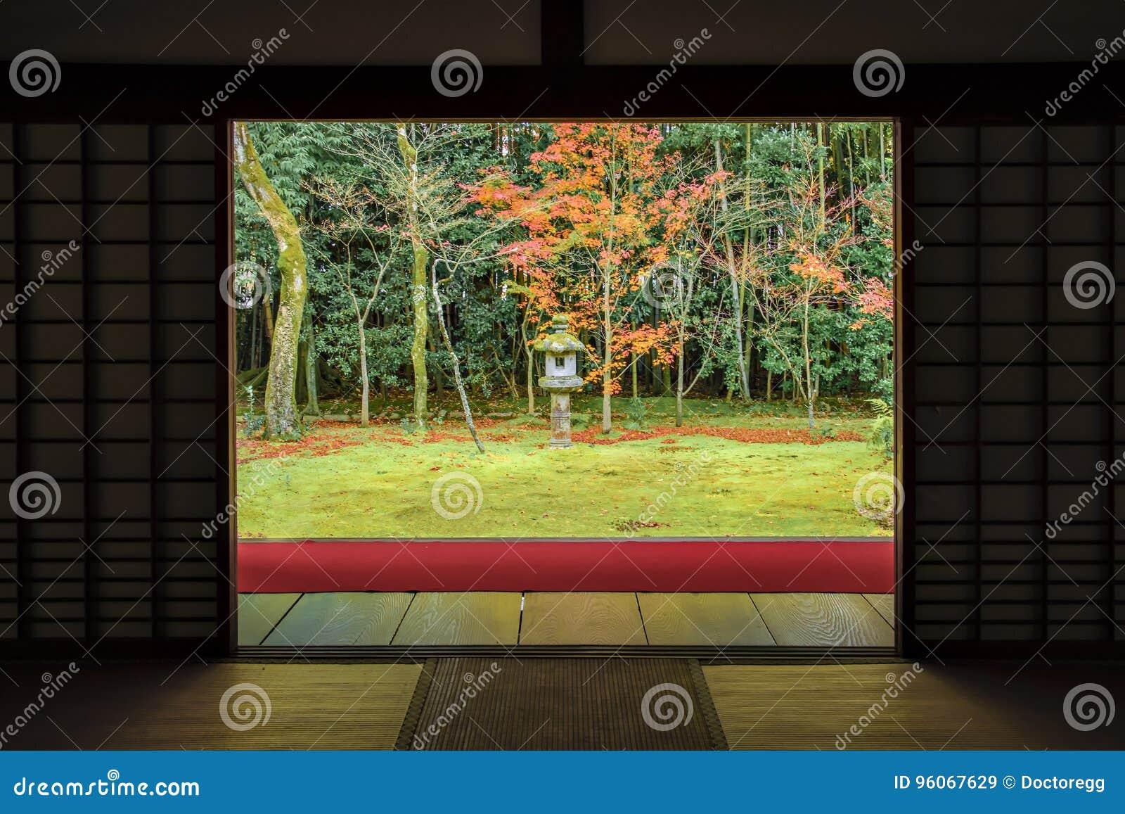 Zen Garden Style con tappeto rosso in Autumn Momiji Colourful al tempio di Daitokuji, Kyoto