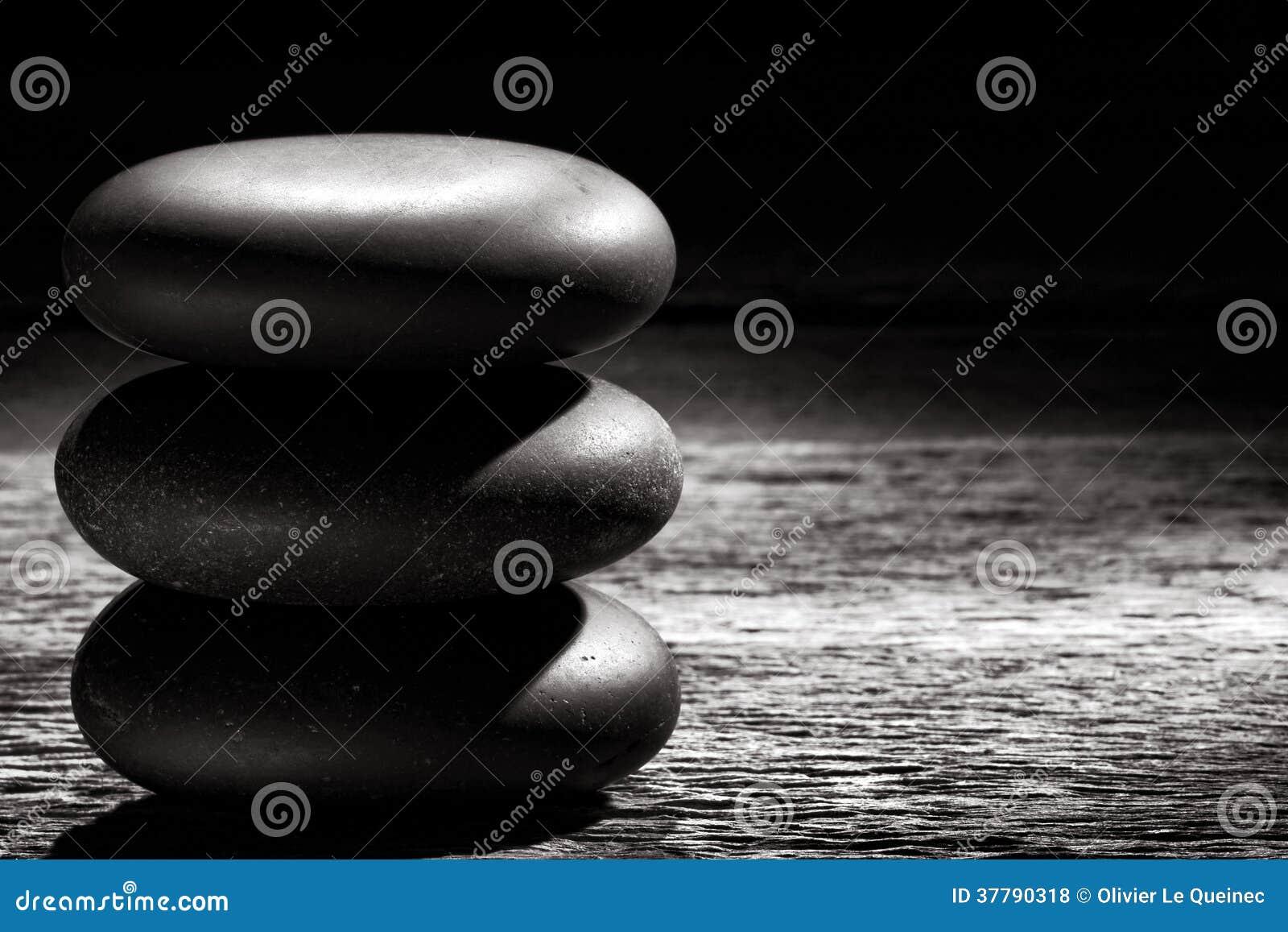 Zen Massage Stones Cairn lustrado na madeira do vintage