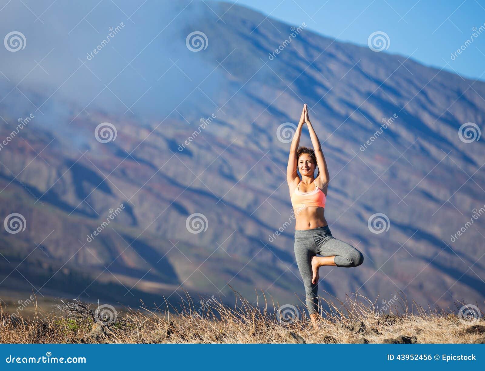 Zen practicante de la mujer de la yoga al aire libre