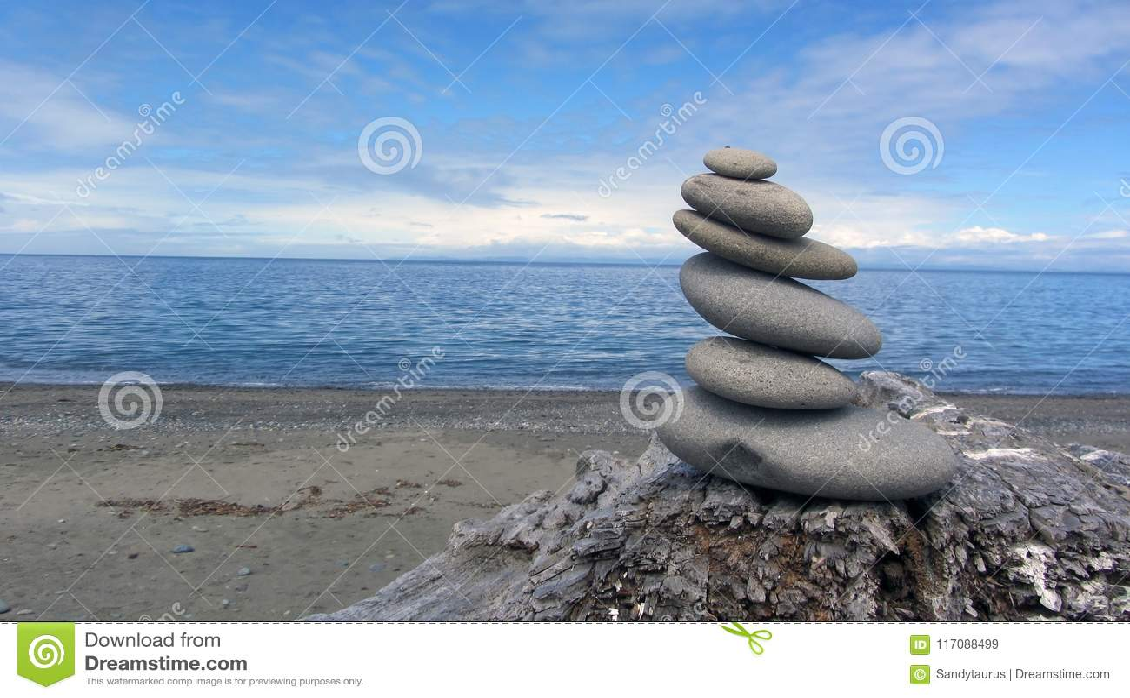 Zen Rocks op het strand in Washington State bij het Dungeness-Spit