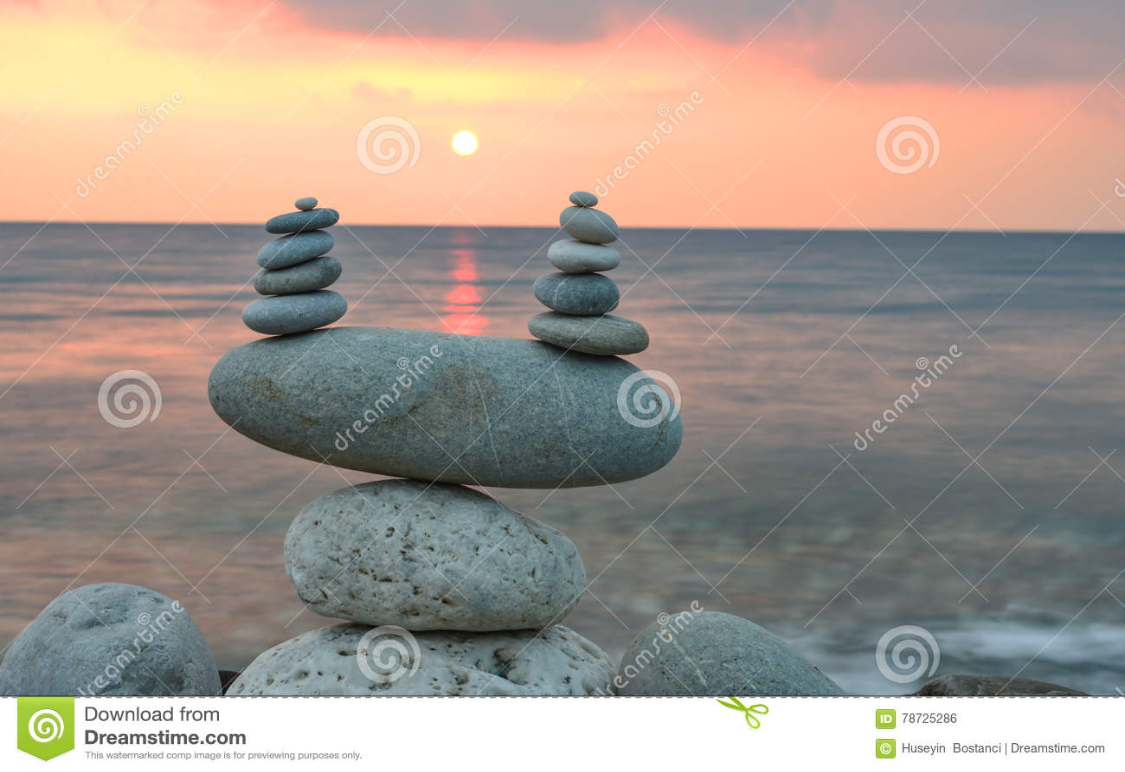Zenstenar på stranden på soluppgång