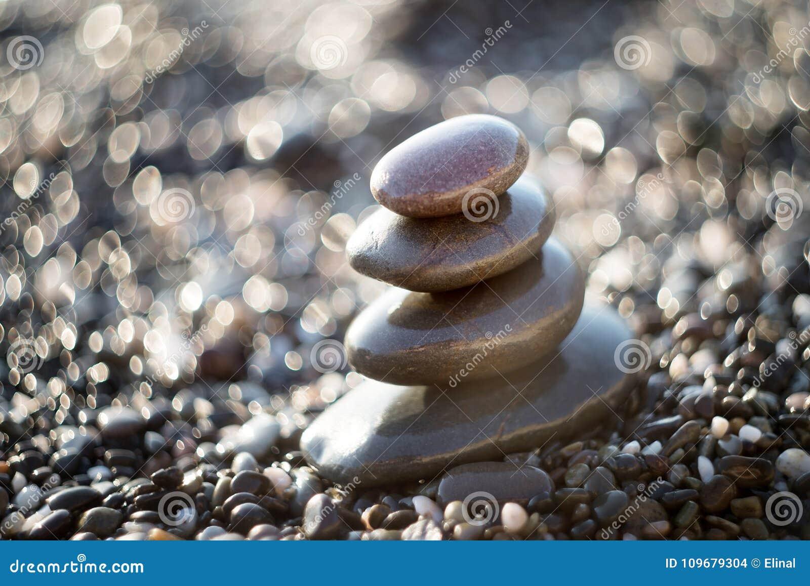 Zenstenen op grint, symbool van boeddhisme