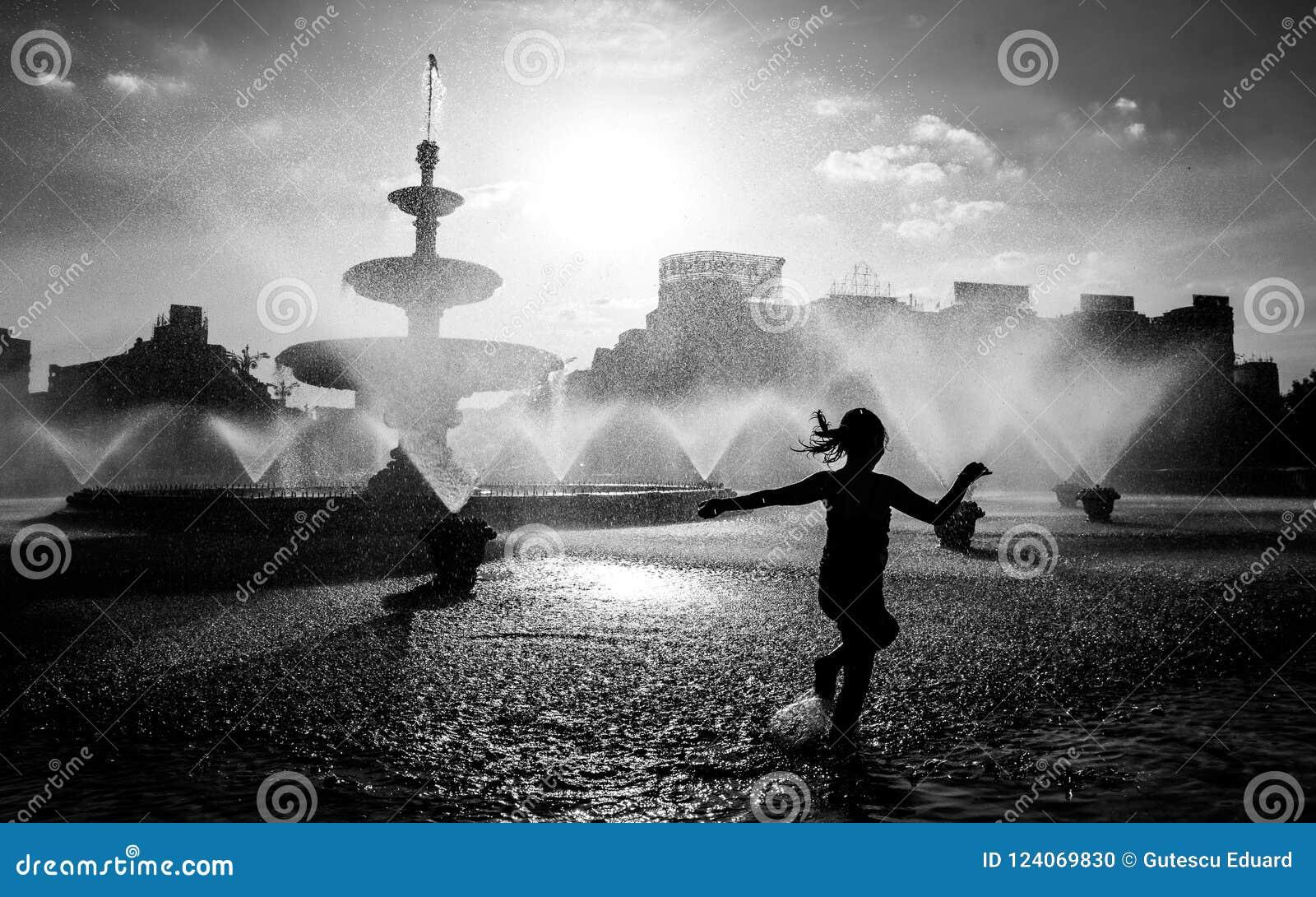 Zentraler Brunnen Bukarests an einem heißen Sommertag mit den Kindern, die Spaß haben