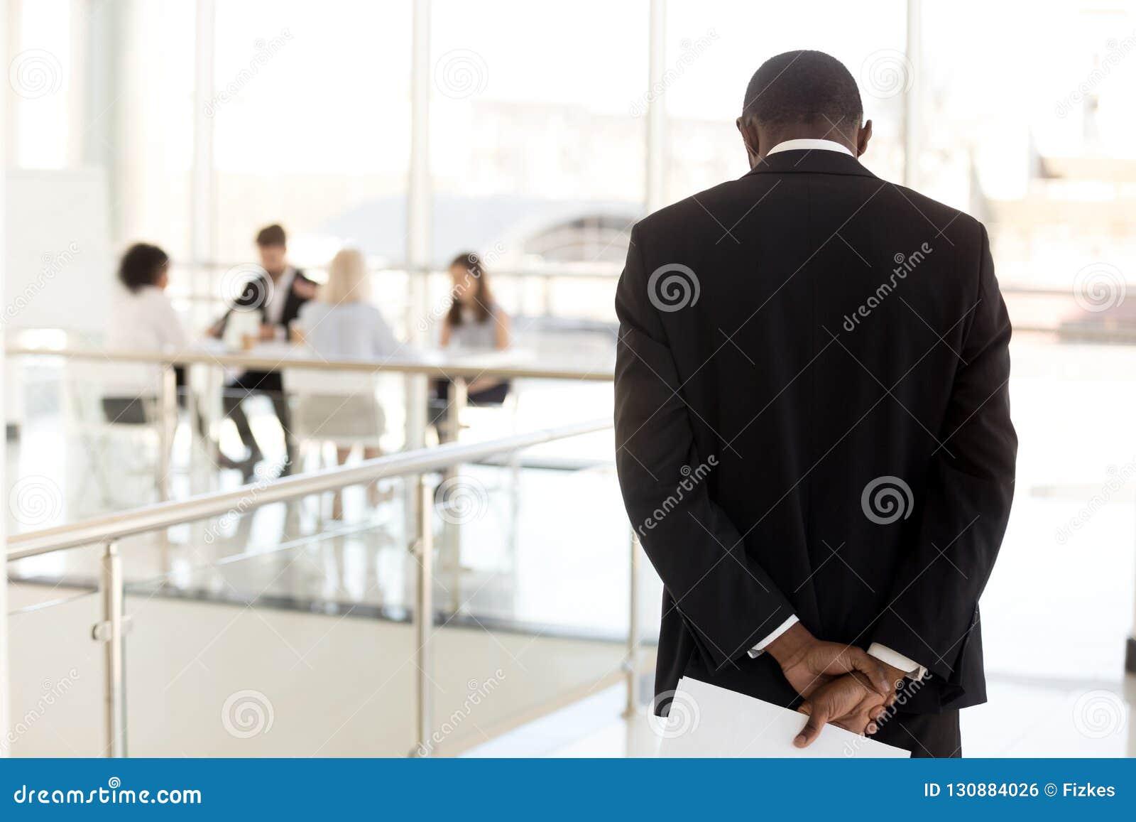 Zenuwachtige zwarte werknemer die in gang wachten alvorens meetin in te gaan