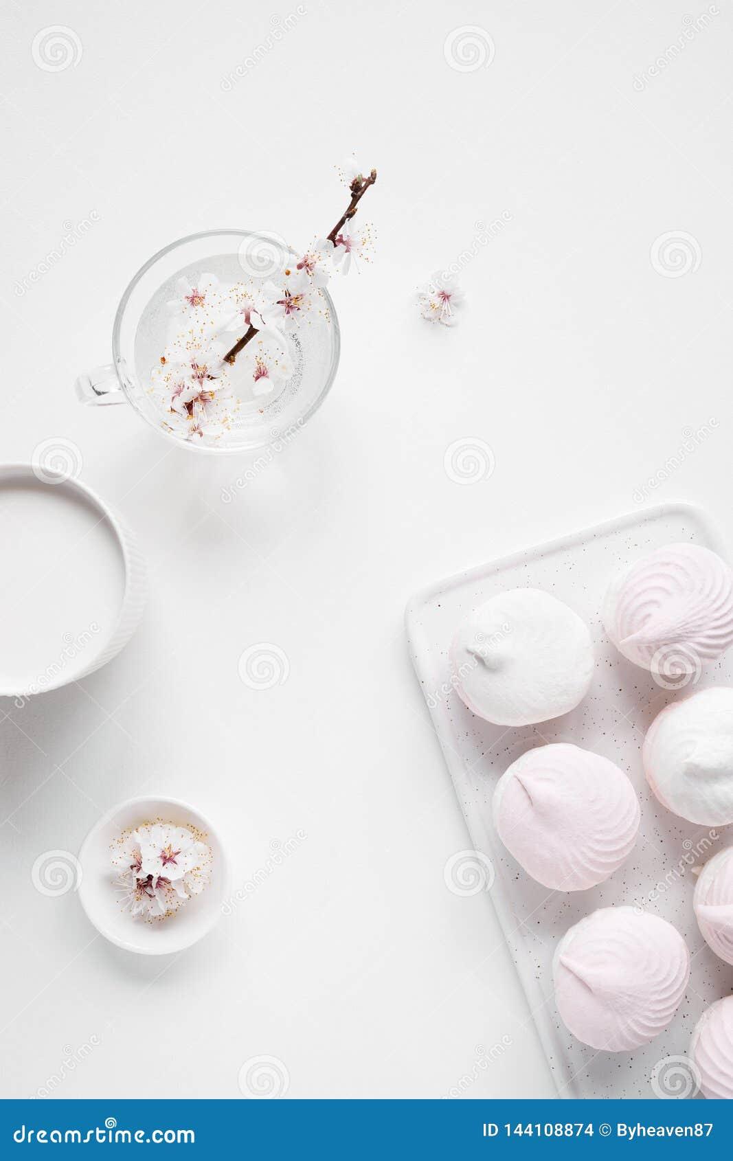 Zephyr, молоко и цветки на простой белизне