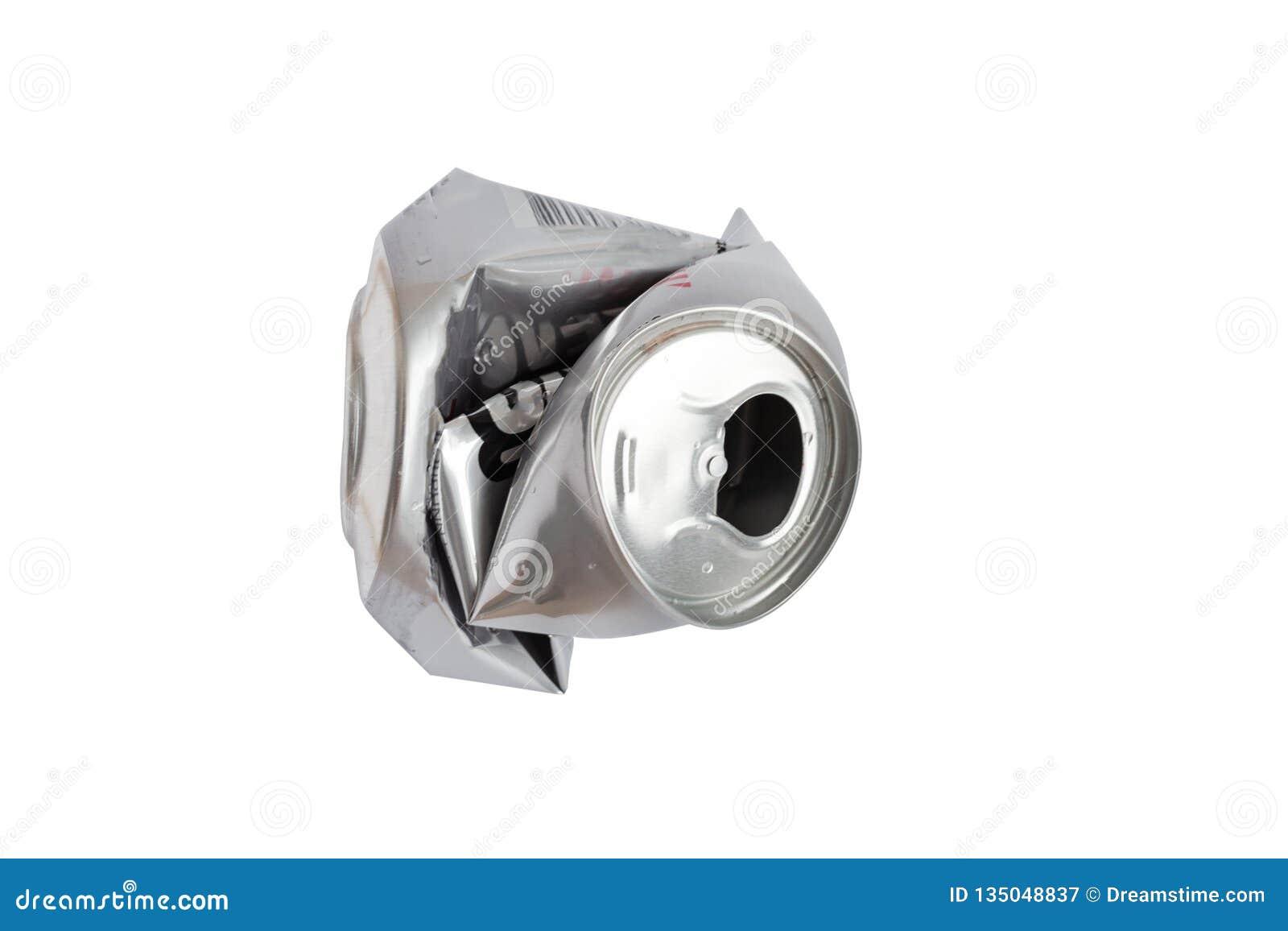 Zerknitterte Aluminiumdose lokalisiert auf weißem Hintergrund