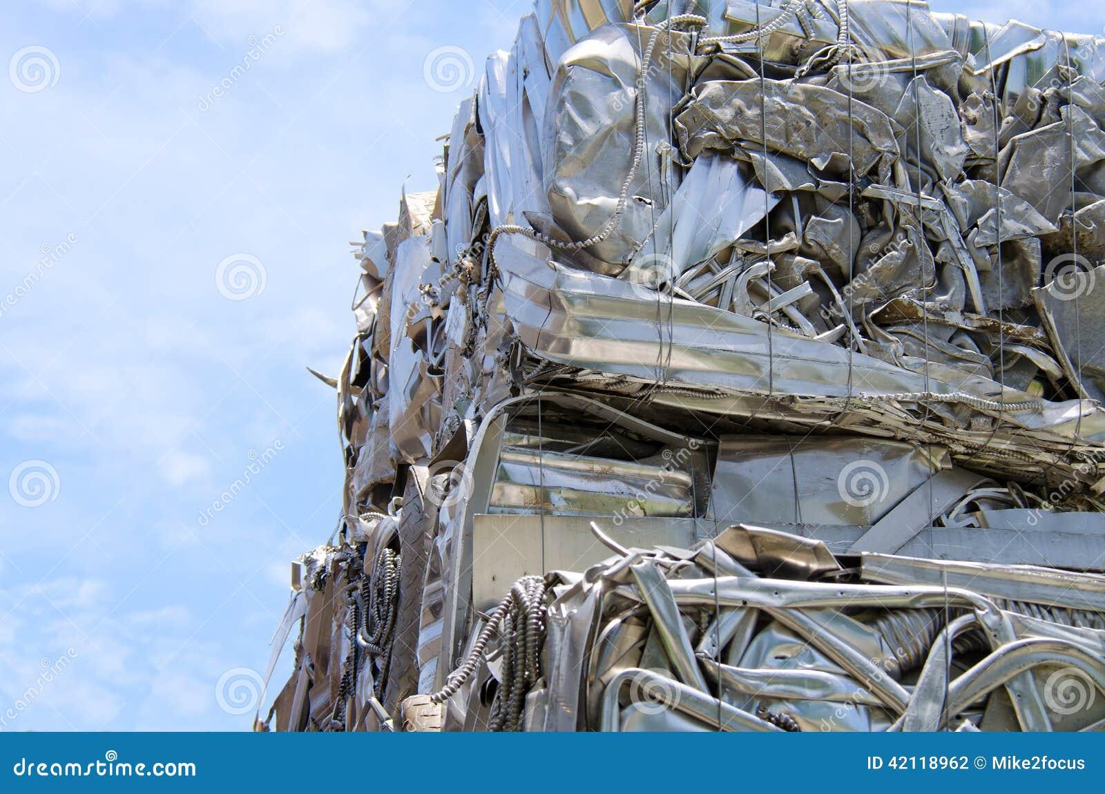Zerquetschtes zusammengepreßtes Metall an der Wiederverwertung der Mitte